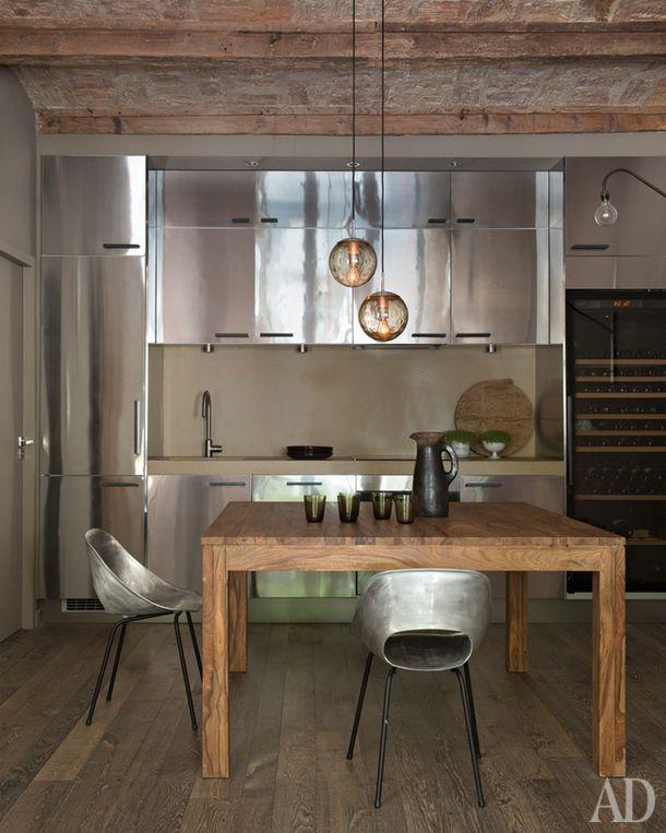 Кухня в этом доме вМонпелье декорирована архитектором Мари Лор Хельмкампф. Деревянный стол и железные стулья — переиздание работ Пьера Гориша 1953 года.
