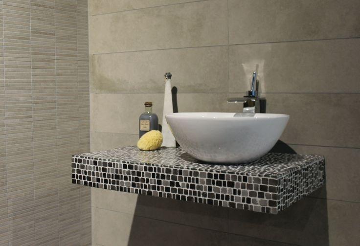 Mooie glas mozaïek met een getrommelde rand. een chique, moderne look. Deze tegel wordt geleverd op matjes van 30x30. Tegelhuys.