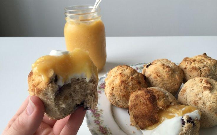 Paasmenu: Vegan bosbessen scones. Vandaag: vegan bosbessen scones! Want vegan hoeft niet saai te zijn en van variatie zijn wij een voorstander!