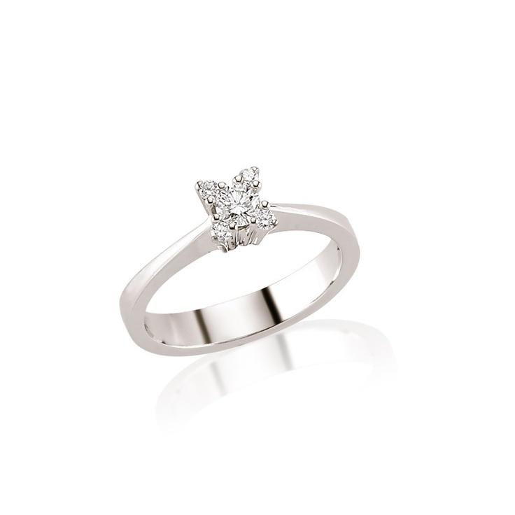 Din aur alb de 18K si diamant de 0.27 carate, inelul de logodna LRY193 va surprinde cu inca 4 pietre in montura sa. http://www.bijuteriilarosa.ro/inele-de-logodna/diamante/inel-logodna-lry193