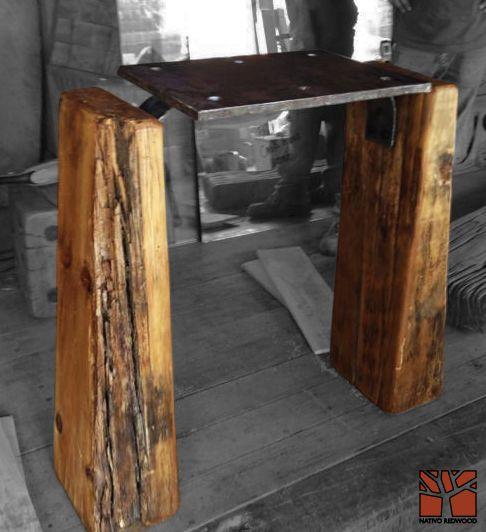 Nativo Redwood. Arrimo con base de maderos de una pieza de roble rústico con corteza con cubierta de placa de fierro macizo perforada. Dimensiones: 0.40x0.80x0.90 www.facebook.com/nativoredwoodsa
