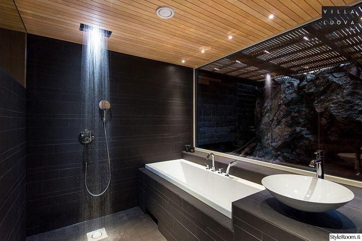 VillaLuova:n kylpyhuoneen erikoisuutena on suihkuun integroitu valo, joka valaisee vesipisarat. #kylpyhuone #led #valaistus #musta #kodinsisustus #homedecor #modern
