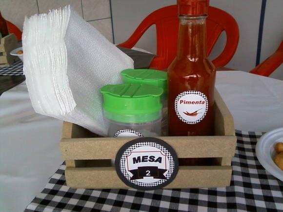 Mini caixote em MDF com saleiro, paliteiro e pimenta personalizados.  Veja a decoração completa: http://divinaarteartes.blogspot.com.br/2013/01/festa-boteco.html