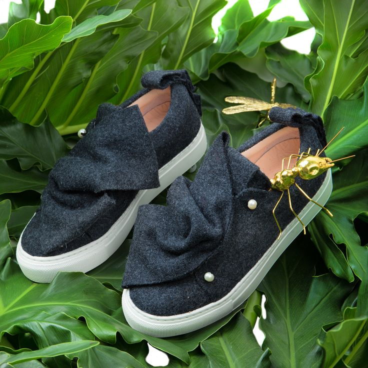 The Oak Pearl sneakers are handmade in burel, a 100% wool fabric and, due to its manufacturing process, it´s naturally waterproofed. A cozy winter waits for you. Click to see more.
