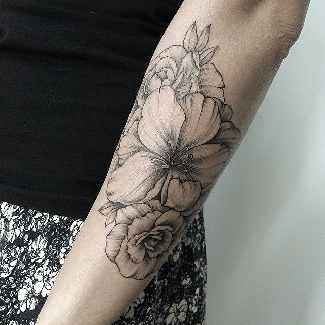 #sashatattooing I love how fine/delicate/flowing her line work is in these tats