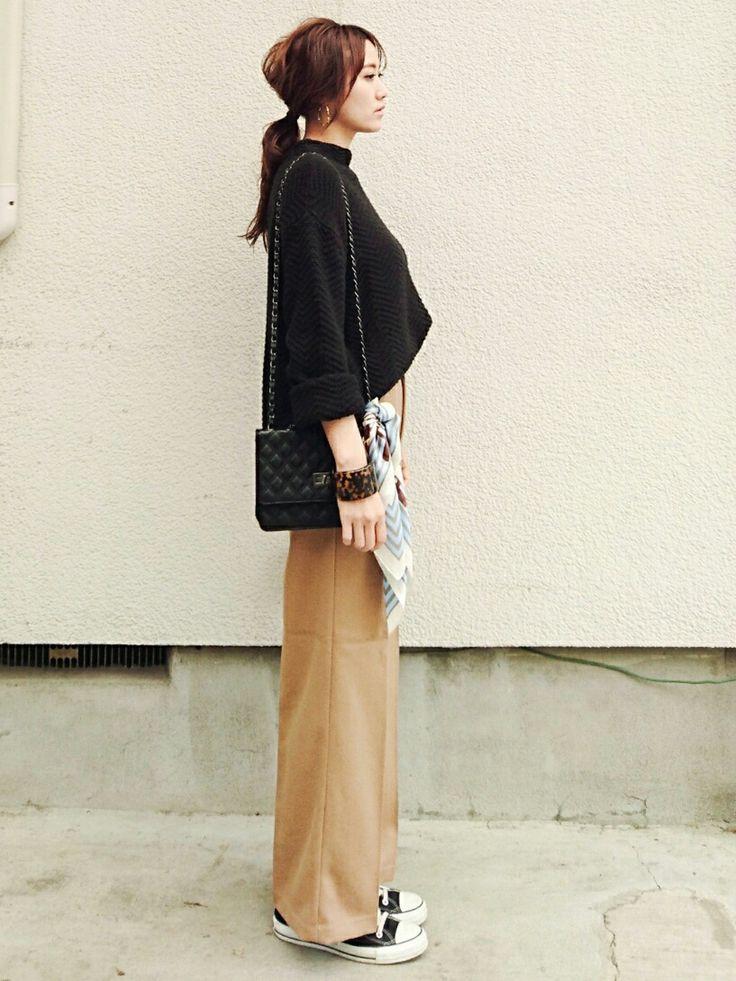 mikiさんのコーディネート 黒 ベージュ ワイドパンツ スニーカー スカーフ