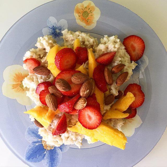 Доброе утро☕️ сегодня на завтрак: каша из бурого риса с кокосовыми сливками, манго, клубникой и миндалем по рецепту подруги делала первый раз, безумно вкусно оказалось Единственный минус - рис варится дольше овсянки.