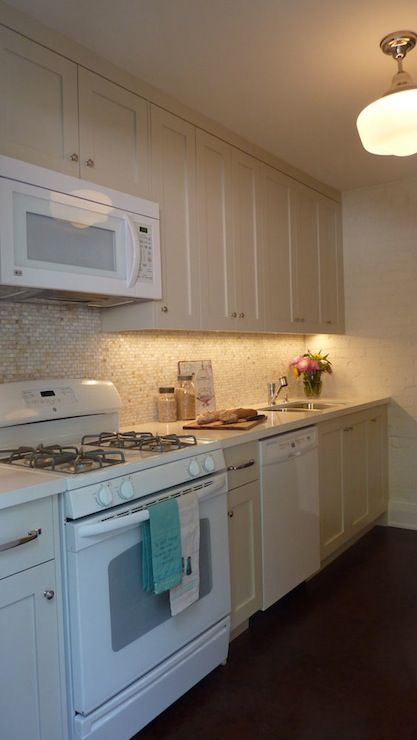 Sealy design kitchens benjamin moore natural cream for Cream shaker style kitchen cabinets