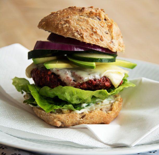 Rødbedebøffer i vegetarburger   ➙ Opskrift fra Valdemarsro.dk