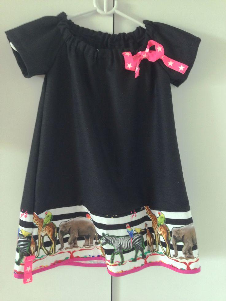Kjole i sort uld stof, lavet med udgangspunkt i en rest stof med dyr.