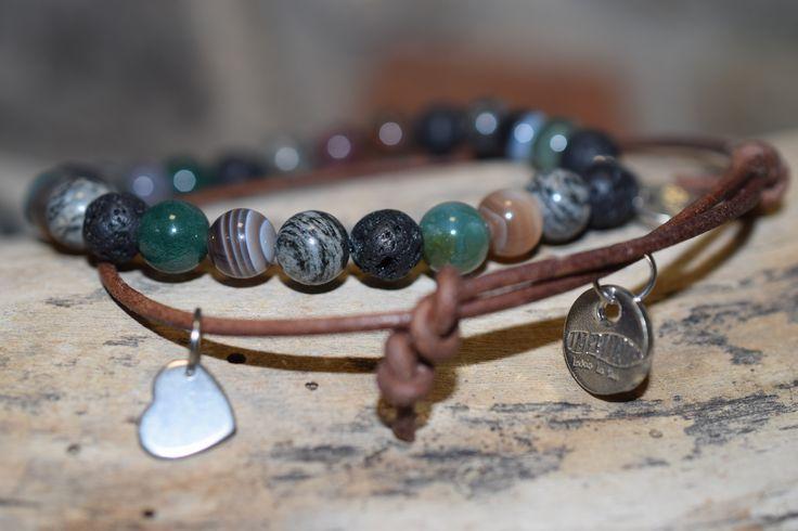 PŘÍRODA- možné objednat bez ozdobných komponentů- Dva k sobě patřící náramky-kůže/drahý kámen- Kožený náramek z hnědé kulaté kůže,s nastavitelnou velikostí,ozdobený komponentem srdce ,medailonkem Impronte- Náramek z drahých kamenů- Lávový kámen, Malachit, Achát, velikosti 6 mm, se stříbrným korálkem a medailonkem Impronte.