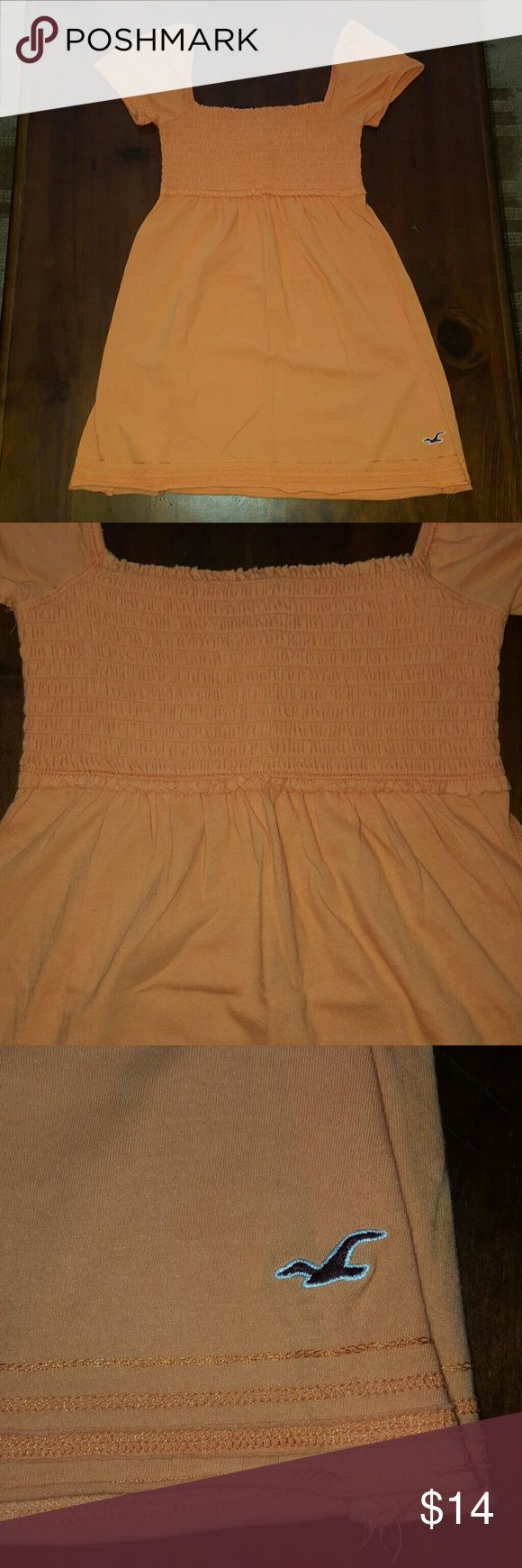 Hollister orange short sleeve top! This is a sweet little top in a pretty light orange! The first and last pics are the truest color! This top is in excellent condition! Hollister Tops