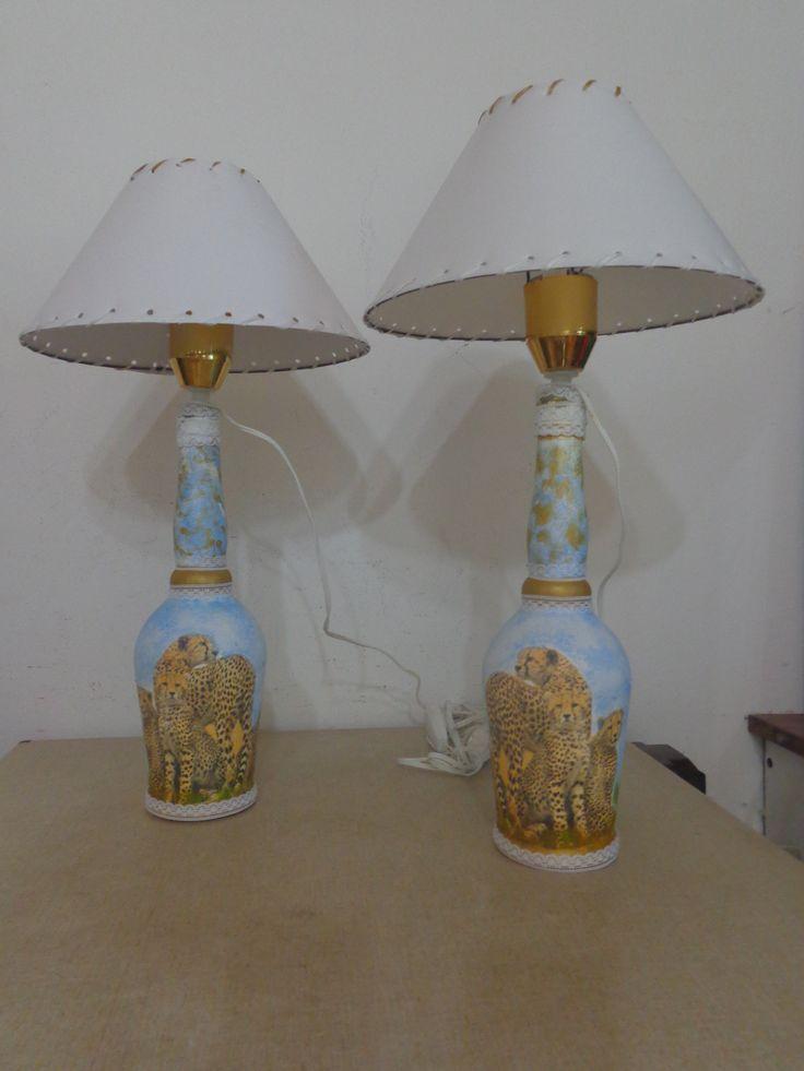 veladores hechos con botellas de licor decoradas con decoupage.