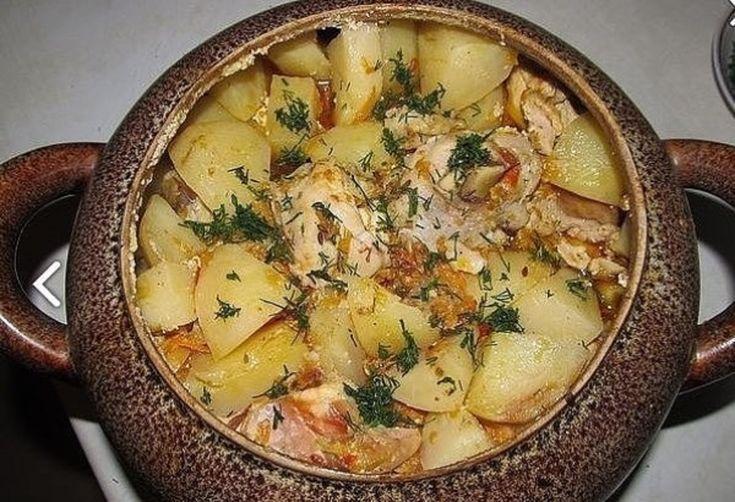 Carnea în vase de lut este un fel de mâncare deosebit de gustos care place multora. Încercați să o pregătiți, e și mai gustoasă și aromată decât pe tavă. Vă propunem să încercați această rețetă neobișnuită – să coaceți carnea în vase de lut! Iată și rețeta pas cu pas. INGREDIENTE: -1 kg carne de porc; -4-5 cartofi; -2 cepe; -2 morcovi; -ciuperci champignon – după gust; -1 ou; -cașcaval – după gust; -vin alb sec – după gust; -unt – după gust; -1 cățel de usturoi; -verdeață – după gust…