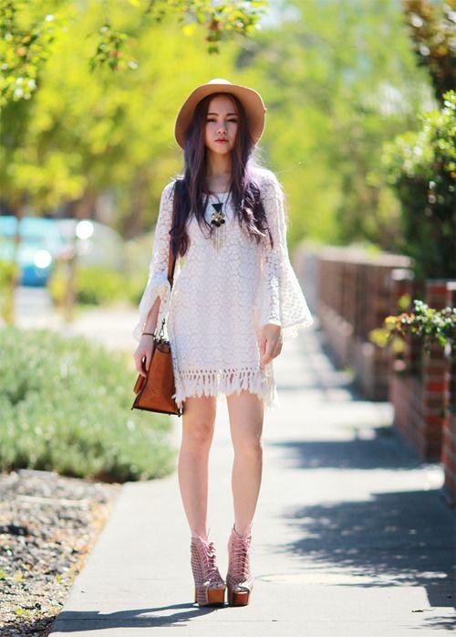 Comprar ropa de este look:  https://lookastic.es/moda-mujer/looks/vestido-casual-blanco-botines-con-cordones-rosados-bolso-bandolera-tabaco-sombrero-marron-claro/1599  — Vestido Casual de Crochet Blanco  — Bolso Bandolera de Cuero Tabaco  — Botines con Cordones de Cuero Rosados  — Sombrero Marrón Claro