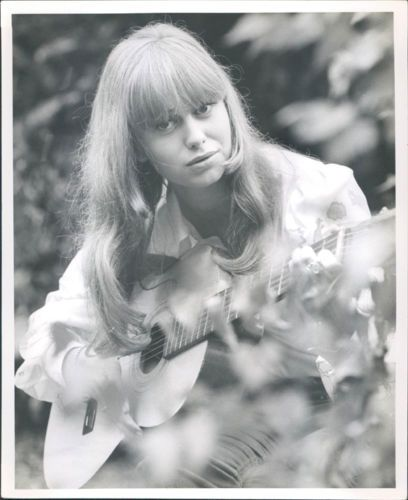 SUSAN-GEORGE-RARE-VINTAGE-ORIGINAL-PHOTO-PLAYING-GUITAR