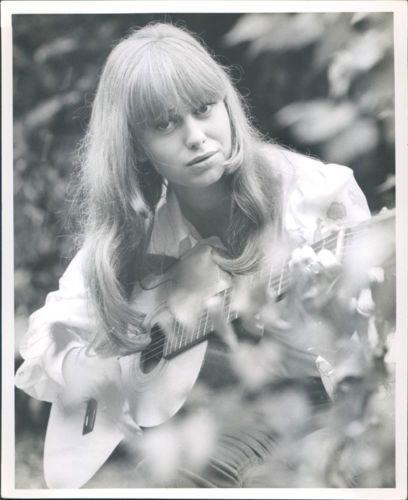 SUSAN-GEORGE-RARE-VINTAGE-ORIGINAL-PHOTO-PLAYING-GUITAR