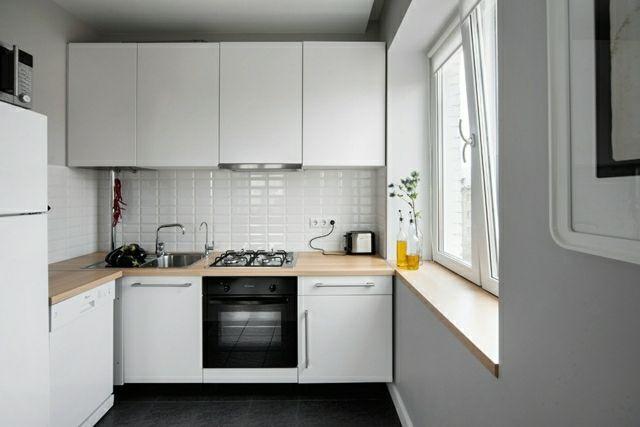 weiße kleine Eckküche Unterschränke Oberschränke Glas Rückwand