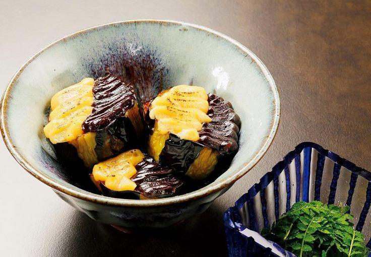 【竹茂楼 皐月の御料理『焼肴・賀茂茄子田楽』】 五月には、昔ながらの京の伝統野菜、賀茂茄子の料理が味わえるようになります。じっくりと揚げた賀茂茄子に白と赤の特性の炊き味噌を塗り、天火でうっすらと焦げ目がつくまで焼き上げ、木の芽を添えて供します。賀茂茄子特有の重厚な美味しさが魅力の御料理でございます。 http://www.takeshigero.com/ #日本料理 #懐石料理 #京懐石 #京料理 #京都 #japanesecuisine #kyoto #kaiseki #美濃吉 #minokichi #竹茂楼 #takesigero #茄子 #京野菜 #賀茂茄子 #eggplant #田楽 http://w3food.com/ipost/1505031228683656525/?code=BTi8e2xjx1N
