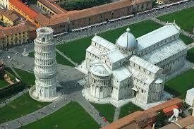 Un'altra panoramica del battistero, del duomo e del campanile che formano la piazza dei Miracoli di Pisa.
