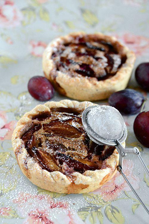 Tartelettes prunes et crème de noisettes. Pâte brisée au graines de pavot.