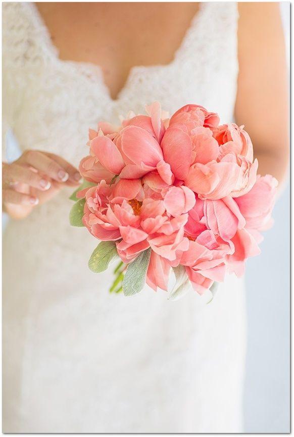 Elige un ramo de novia con peonías en tono coral para este verano. ¡Aportará mucha frescura a tu look! Más ideas increíbles aquí.