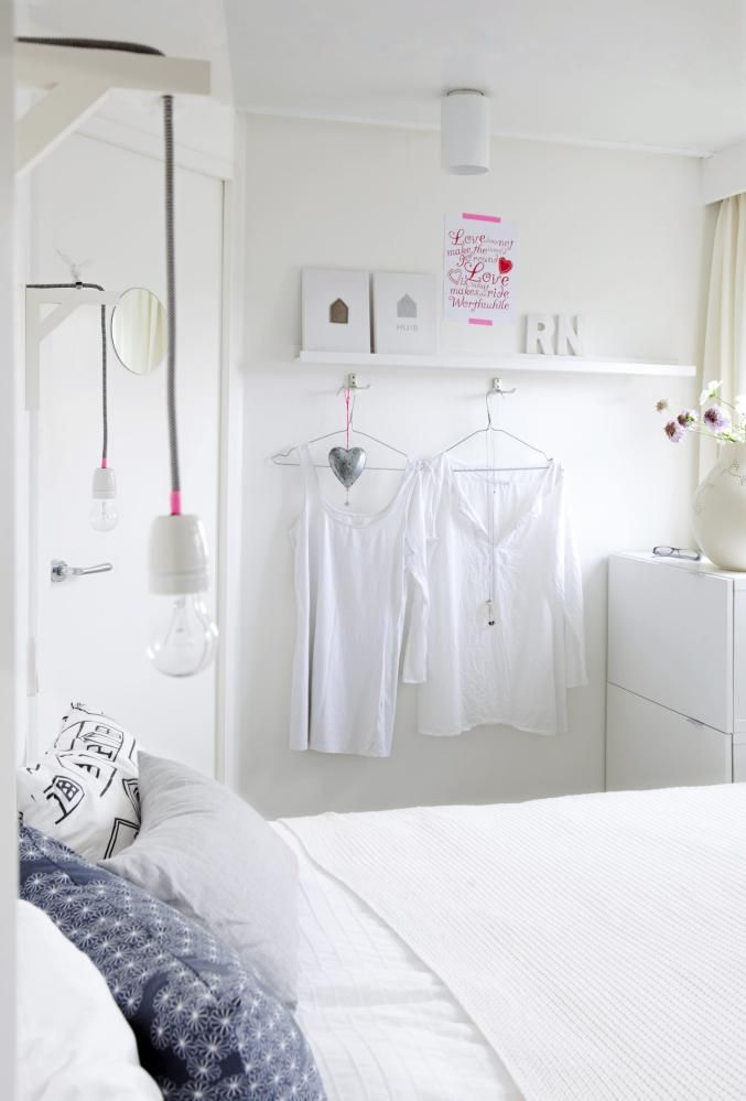 SOVEROM: Soverommet er holdt i hvitt med enkelte rosa detaljer. Legg merke til den rosa tapen som er festet rundt sokkelen på lampene. Hvite klær får henge framme for å understreke den lyse, luftige stilen.