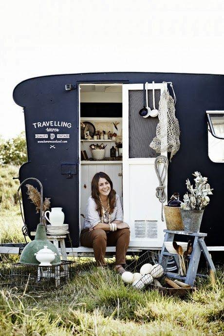 HOME AND GARDEN: Une brocante ambulante dans une caravane rétro