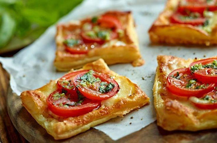 Francuskie ciastka z pomidorami i mozzarellą #lidl #przepis #mozzarella #pomidor #francuskie #sylwester