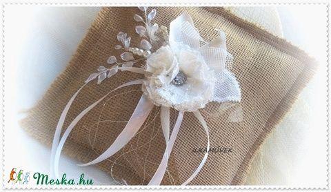 Zsákvászon és csipke, hímzett, vintage gyűrűpárna. Fehér tüll és fehér rózsa. (Ilkamuvek) - Meska.hu