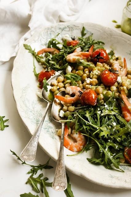 Salada de grão, camarão, rúcula, tomates assados e feta com vinagrete de manjericão