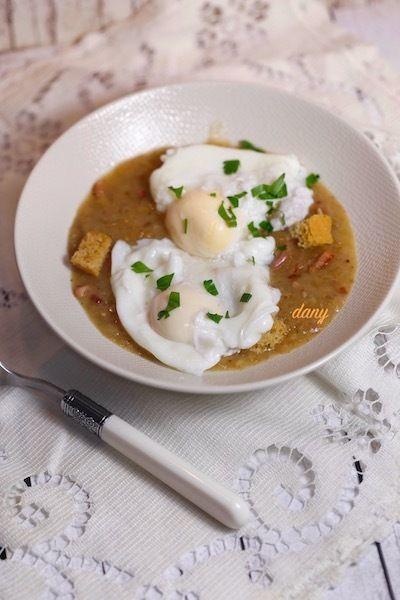Préparation : 20 min Cuisson : 25 min Pour 4 personnes : -8 œufs extra frais -2 cuillères à soupe d'huile d'olive -2 échalotes -2 gousses d'ail -1 oignon -150 g de lardons fumés -60 cl de vin blanc de Bourgogne (Meursault, Chablis…) -30 cl de bouillon...