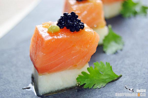 Aperitivo de salmón con melón y huevas de arenque