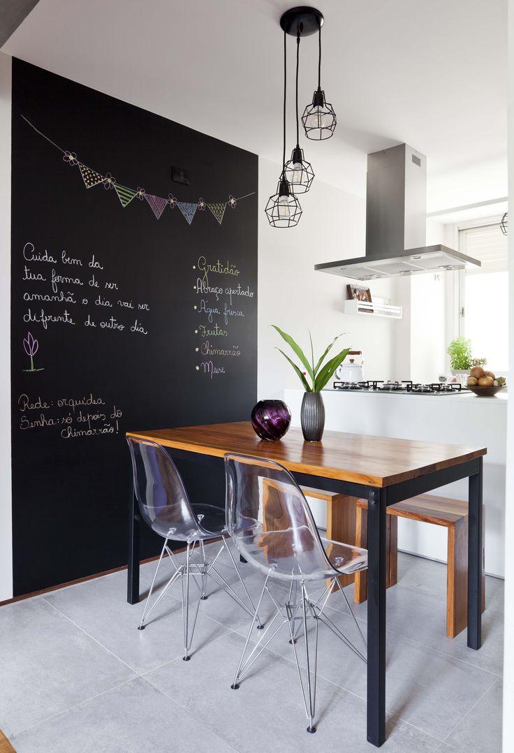 Sala de Jantar integrada com a cozinha - Mesa e bancos feitos com madeira reaproveitada dos batentes das portas existentes - reforma sustentável.
