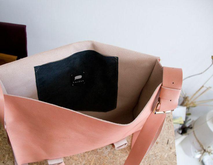 Średniej wielkości torebka ze skóry licowej z klapą i klamerkami. Na długim, regulowanym pasku. Wewnątrz kieszeń z irchy w kolorze atramentowym! Bez potrzewki, bardzo przyjemna i miękka lewa strona skóry. Mieści format A4. #summer #summer_fashion #handmade #leather_bag #pink_bag #colours