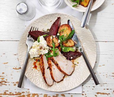 Kycklingfiléerna vänds i en kryddblandning av oregano, kanel, cayennepeppar, socker och vitvinsvinäger och lagas färdigt i ugnen. Kycklingen serveras med rostad potatis, rödbetor, rucola, fetaoströra och pumpakärnor. Smaklig spis!