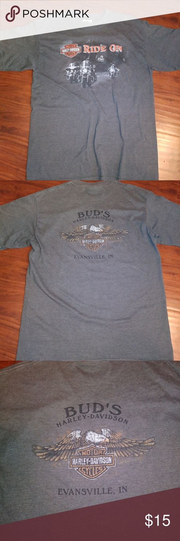 Vtg Harley Davidson Medium T Shirt Evansville, IN You'll love the detail in this Harley t-Shirt. This shirt features graphics on front and back.  It features Evansville, IN.  It is a medium.  It has some wear but is in good condition.   *Box 7 Harley-Davidson Shirts Tees - Short Sleeve