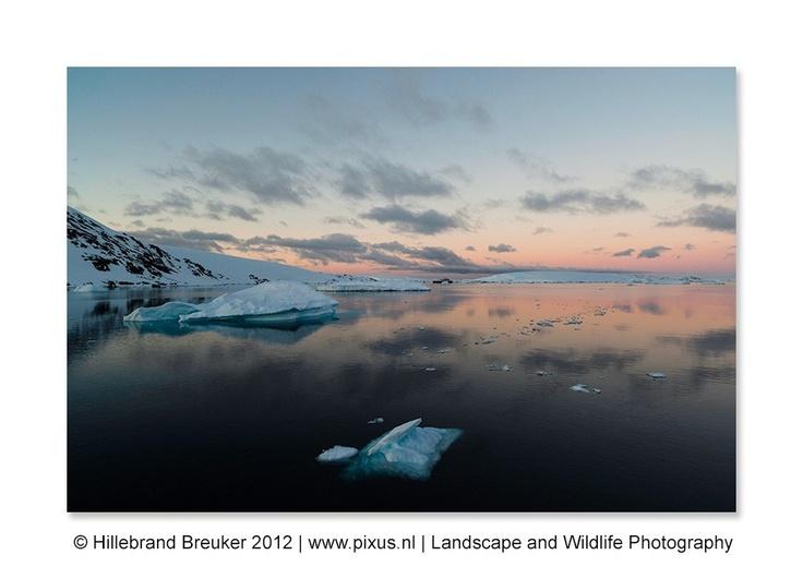 Deze foto is rond middernacht gemaakt. In Antarctica wordt het rond deze tijd nooit echt donker. Ik stond nog alleen op het dek van onze boot te genieten van het prachtige uitzicht en het fantastische licht. Magische momenten, die ik heel lang zal koesteren! Door communitylid HillebrandBreuker - NG FotoCommunity ©