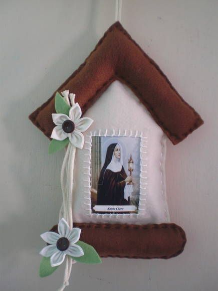 enfeite+de+porta++religioso,+casinha+com+imagem+de+santa+clara,+em+feltro,+com+placa+de+bem+vindo+ou+paz+e+bem R$ 13,80