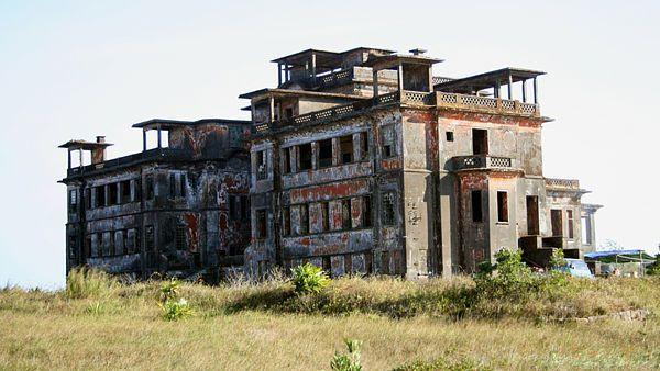 Čtyřpatrová budova bývalého hotelu a kasina je hlavní dominantou města duchů Bokoru.