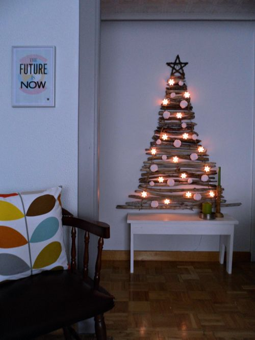 "OH CHRISTMAS TREE   A few days ago I told how I had played this year to give up the conventional Christmas tree in favor of another less spacious, and this is the solution that came to mind: build a ""plane tree"" from twigs collected on our last trip , and unite them with sisal rope, so as to hang directly on the wall, and save as much space as possible."