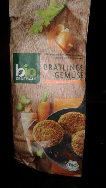 Hamburgesas Vegetales Bio Zentrale  Tienen puerro, cebolla, zanahoria, espinaca, apio y perejil.  Base: avena, pan rallado y trigo  145 calorias x 100 gramos 5,1 gramos de proteinas x 100 g 1,9 g de grasa x 100 g 24 g de carbohidratos x 100 g  475 mg sodio x 100 g  Una bolsa rinde 12-14 hamburgesas aprox. Una porción son 2-3.  Preparación: 250 ml de agua x 150 g de base. Reposar y luego a la sartén.