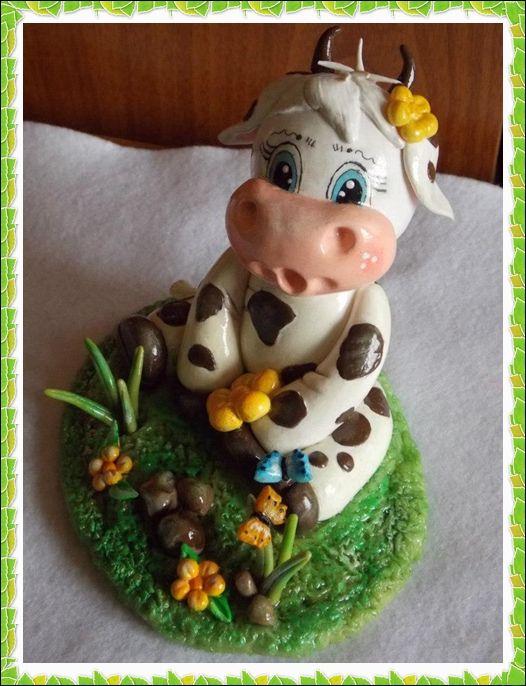 mucca seduta tra i fiori