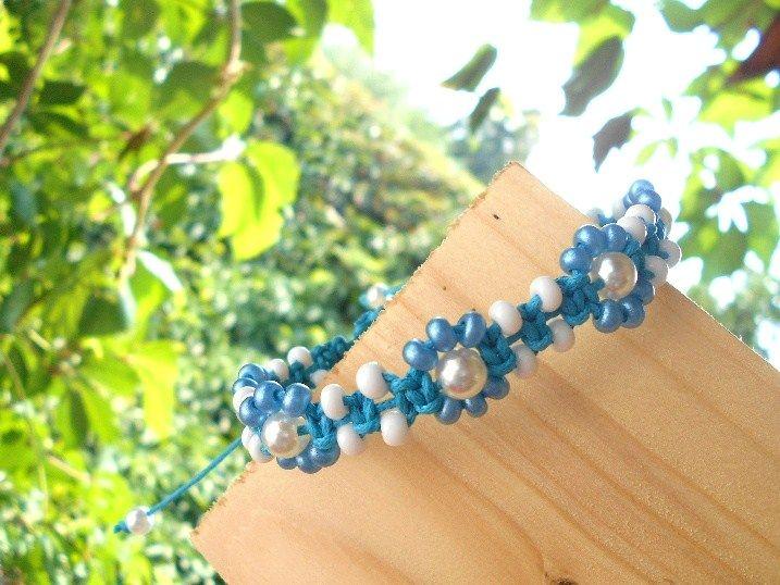 Drhaný+náramek+náramek+drhaný+do+tvarů+květinek+velikost+univerzální+(roztahovací)+rokajl,+voskovaná+tyrkysově+modrá+šňůrka