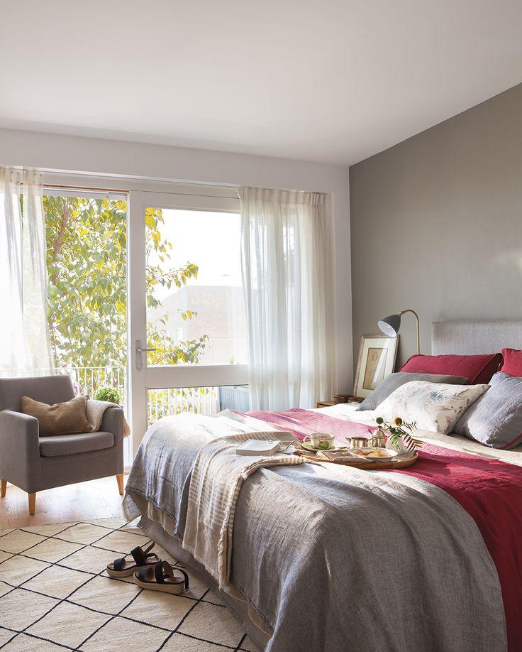 00436933. Dormitorio principal con ropa de cama en tonos rojos y grises