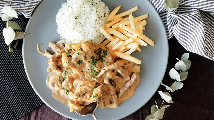 Recipe with video instructions: Satisfy your craving for savory, creamy deliciousness with this classic Russian dish. Ingredients: 300g beef round, 1 large onion, 150g mushrooms, 30g butter, 90g sour cream, 50ml white wine, 200ml water, 1 tsp ketchup, 1/2 tsp mustard, 5g flour, 1/2 tbsp vegetable oil, 1 tsp salt, pepper