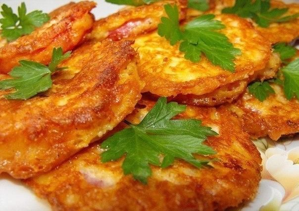 Ингредиенты:-3 средних помидора-150 гр твердого сыра-2 яйца-2 ст.л. майонеза или сметаны-1-2 ст.л. муки-соль, перец по вкусу-растительное масло для жарки-петрушка для украшенияСпособ приготов…
