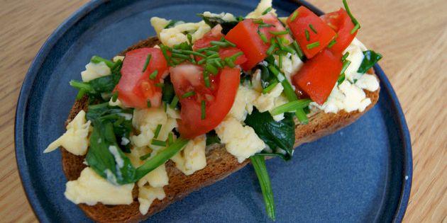Røræg med spinat er perfekt til morgenmad, brunch eller frokost og giver både smagen og udseendet et skønt pift.