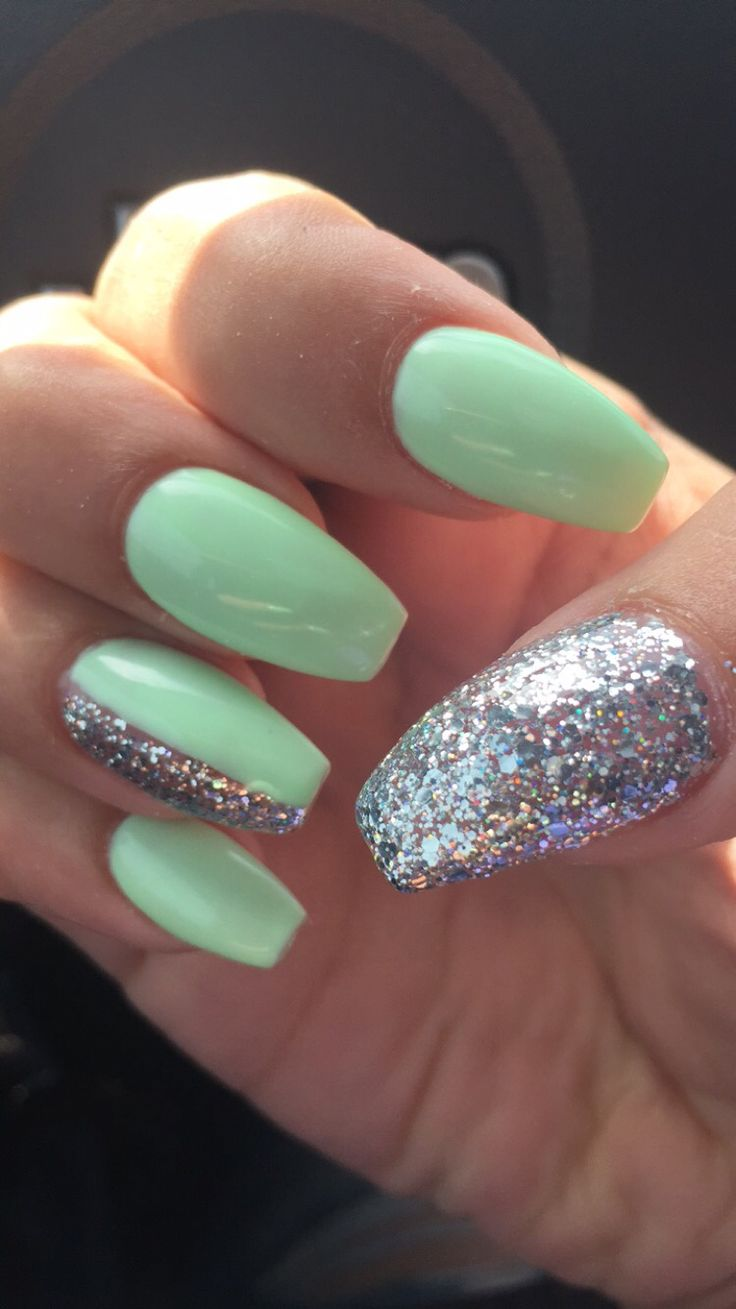 Nails mint green and silver