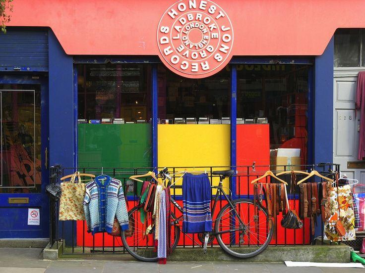 IlPost - Notting Hill, Londra - È un quartiere di Londra, ultimamente molto alla moda ma abitato dagli anni Cinquanta dalla comunità di immigrati caraibici. Ogni anno vi organizzano il famoso carnevale e qui si trova anche il mercato di Portobello Road; l'omonima strada è caratterizzata dalle facciate color pastello dei suoi negozi.   (suvodeb)